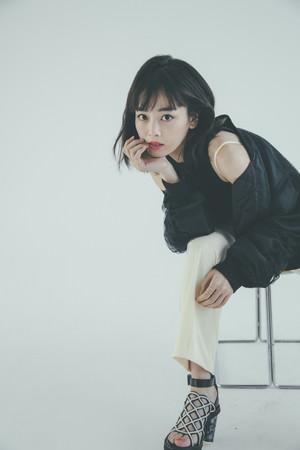 女優・伊原六花の2021年カレンダーが発売決定! ドレッシーな装いやキュートな姿、ファッション感覚で楽しめる水着まで…様々な衣装と表情を収録