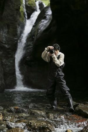 秘境の滝に立つ高杉真宙
