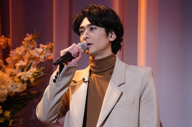 主題歌の「指先、手」を歌唱する古川雄大