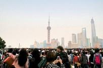 Menschenmassen auf dem Bund, dahinter Huangpu River, dahinter Skyline von Pudong
