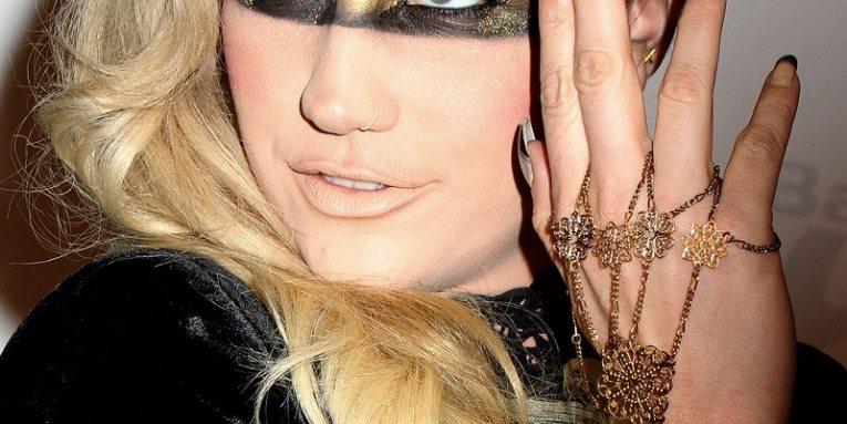 Kesha Demanda a Ex Productor