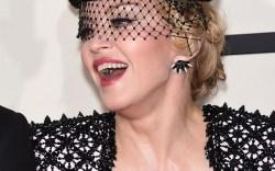 Madonna se cae en los brit awards