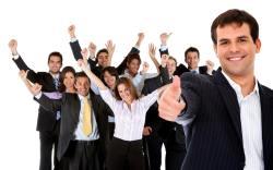 jefe baja su sueldo para ayudar a sus empleados
