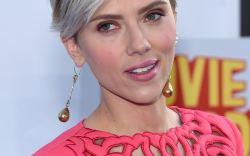 Scarlett Johansson con el cabello rojo