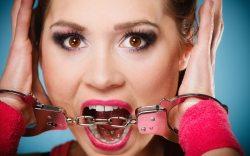 arrestan a mujer de forma ilegal