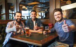 beneficios de salir al bar con amigos