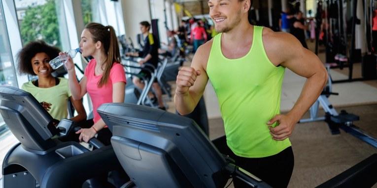 Personas en el Gym Que es Mejor? Beneficios de usar Caminadora y Elíptica