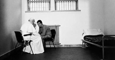 El Papa Juan Pablo II habla y perdona a quien intento asesinarlo… #FotoHistoria