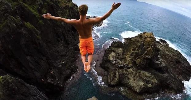 Saltando y disfrutando de los hermosos paisajes en Hawaii