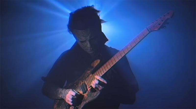 Michael Myers tocando el tema de Halloween en guitarra eléctrica