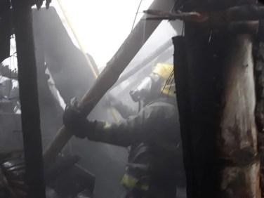bomberos_cali_rescata_6_personas_y_un_perrito_de_incendio_en_terron_colorado_5