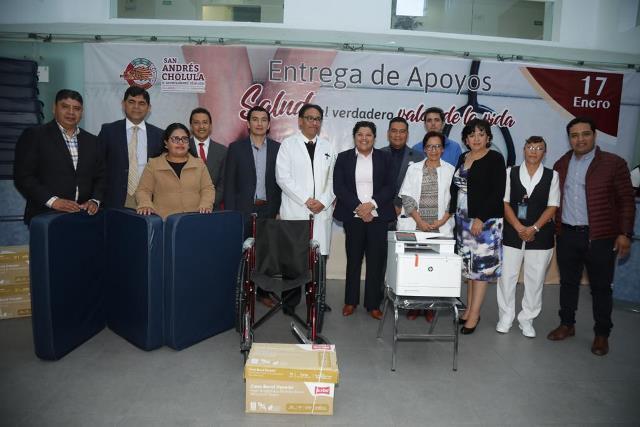 KARINA PÉREZ POPOCA ENTREGÓ APOYOS DE SILLAS, COLCHONETAS, SILLAS DE RUEDAS, UNA IMPRESORA Y HOJAS AL HOSPITAL GENERAL DE CHOLULA
