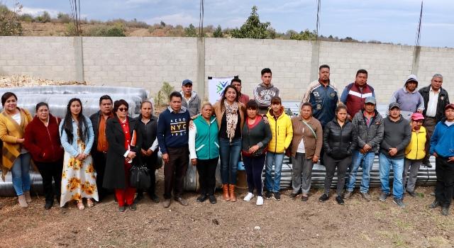 ANGÉLICA ALVARADO ENTREGA 37 MIL M2 DE MALLA ANTIGRANIZO A PRODUCTORES DE FRUTOS ROJOS DE SANTA MARÍA ATEXCAC