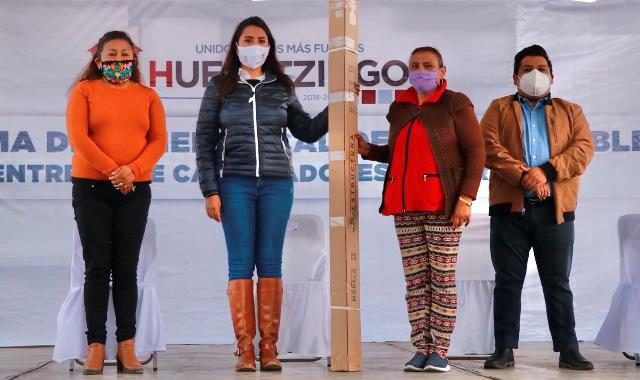 EN APOYO A LA ECONOMÍA FAMILIAR, ANGÉLICA ALVARADO ENTREGA CALENTADORES SOLARES EN HUEJOTZINGO