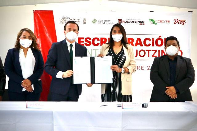 ENTREGA ANGÉLICA ALVARADO ESCRITURAS AL CECYTE PLANTEL HUEJOTZINGO