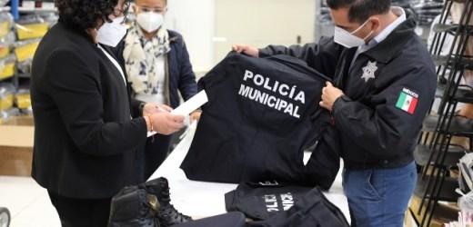 KARINA PÉREZ POPOCA REVISA UNIFORMES A ENTREGAR EN LA SSPTM SAN ANDRÉS CHOLULA