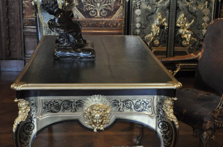 Boule Desk (light on dark)
