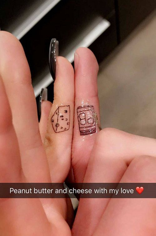 Ariel-Winter-Levi-Meaden-Tattoo-Peanut-butter-on-fingers