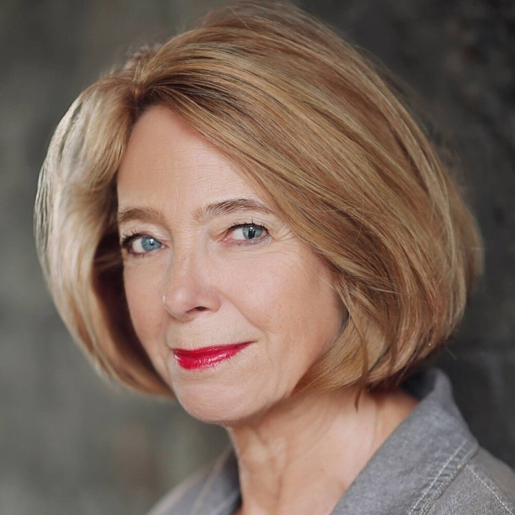 Actress and singer Rosamund Shelley stars in Novello & Son at Blackwood Miners Institute on Monday 21 October at 7.30 pm and Glanalla Hall, Llanelli on Friday 29 November at 2.30 pm