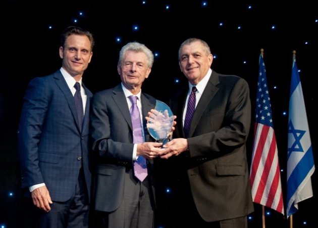 Tony Goldwyn presented Award to Meyer Gottlieb & Leonard Wilf (Photo Credit: Kyle Espeleta)