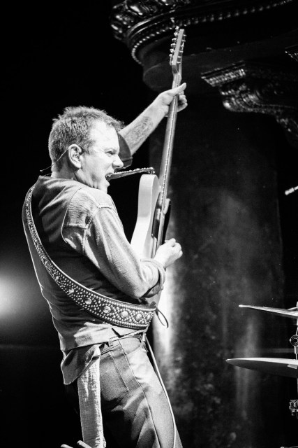 Kiefer Sutherland performing (photo credit: Beth Elliott)