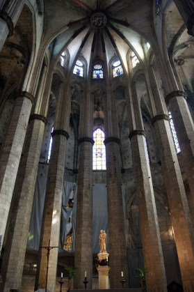 The altar of Santa Maria del Mar, showing the two levels of clerestory windows round the ambulatory