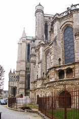 The strangely jumbled exterior of Chartres cathedral might make sense to an architect, but it leaves a lay-person scratching their head in puzzlement.