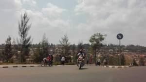 本日ものどかなルワンダ。道は舗装されていてキレイです。