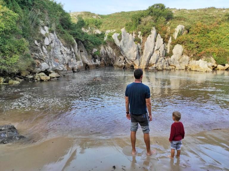 Playa de Gulpiyuri con niños