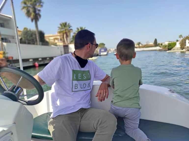 Paseo en barco en Empuriabrava con niños
