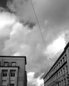 Las nubes se agolpan entre la Facultad de Letras y la Facultad de Medicina.