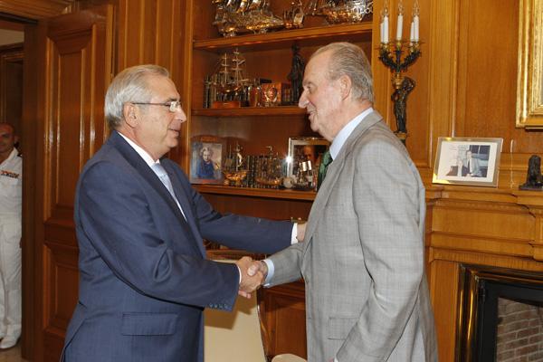 Su Majestad, junto al presidente de la Ciudad Autónoma de Melilla./ casareal.es