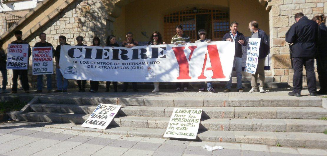 Activistas se manifiestan en el CIE de La Piñera. / IE