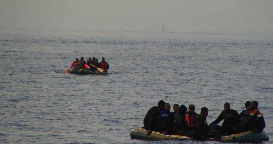 Migrantes subsaharianos cerca de Tarifa en botes de juguete. / S.M