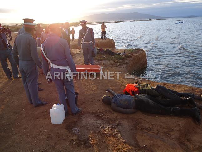 Agentes custodian los cadáveres de los inmgirantes subsaharianos en Nador. / Ariffino.net