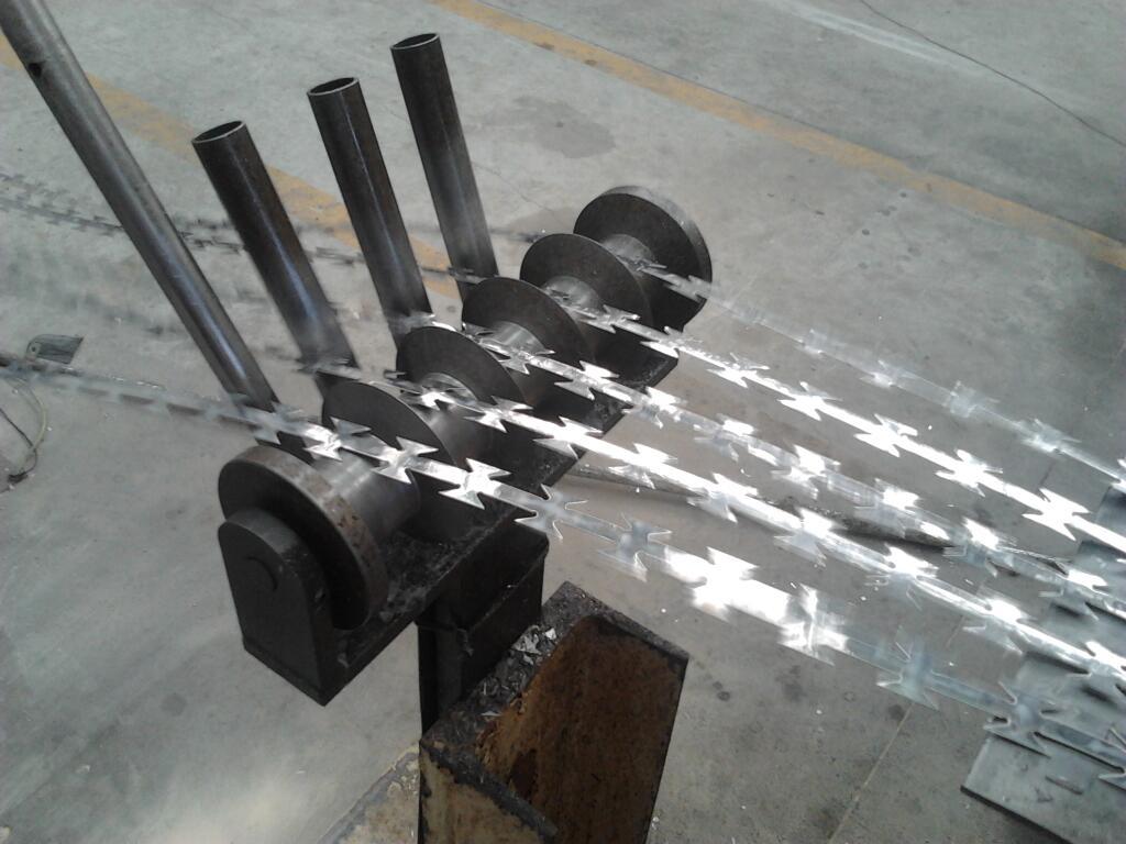 Máquina fabricando la concertina destinada a la frontera entre España y Marruecos en Melilla. / S.R