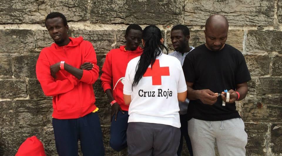 Una voluntaria de Cruz Roja identifica a varios balseros. / S. Rodrigo