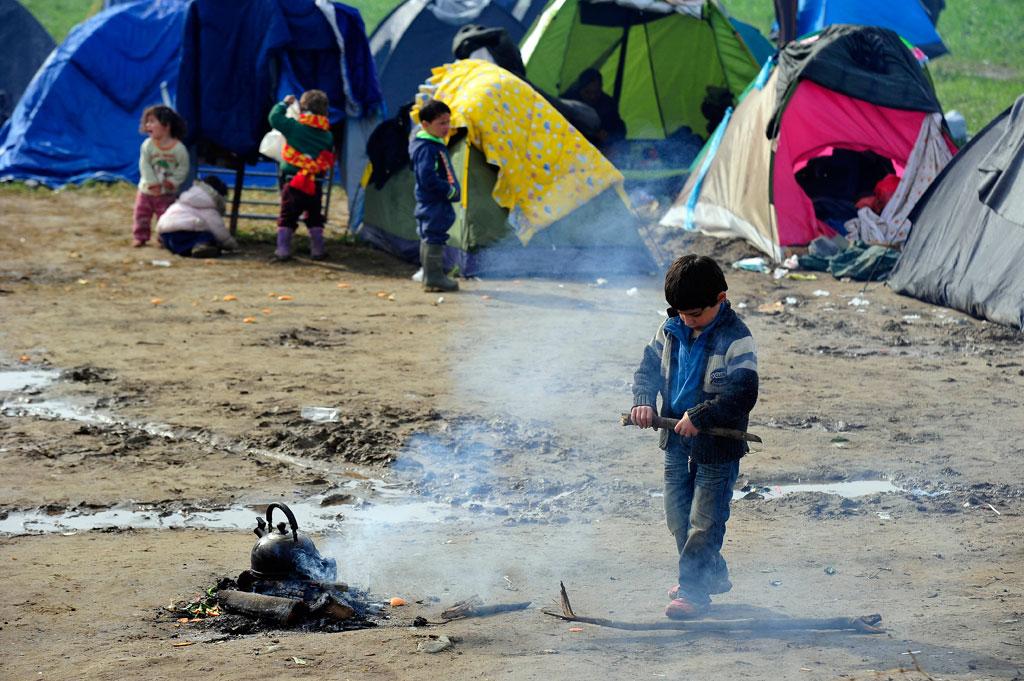 Niños migrantes frente a un campo temporal de refugiados en Idomeni (Grecia). Foto: UNICEF/Tomislav Georgiev