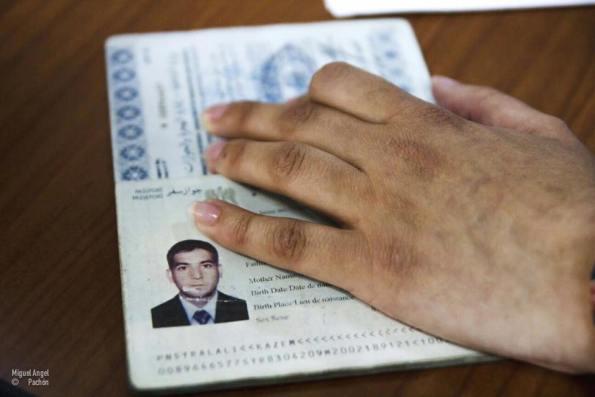 Kasem pasa el control de pasaportes del Puerto de Málaga. / Miguel Pachón