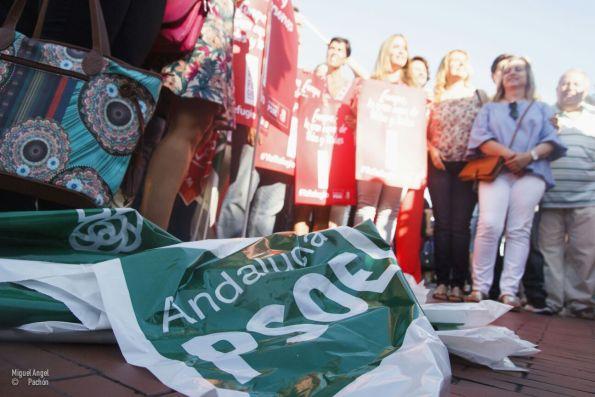 Una bandera del PSOE Andalucía en la marcha del día del refugiado. / Miguel Pachón
