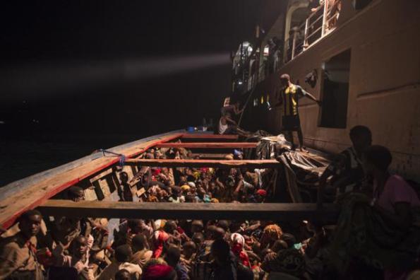 Refugiados de Burundi que acaba de salir de la orilla del lago Tanganyika. Luego serán trasladados al campo de refugiados de Tanzania Nyaragusu . / ACNUR