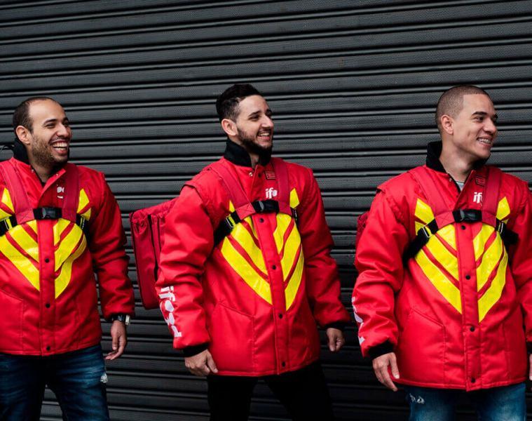 Entregadores do iFood com as bags e jaquetas