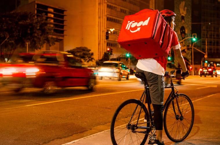 Entregador usando bicileta