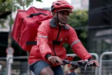 Entregador do iFood em cima da bicicleta