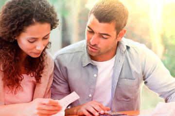 Casal fazendo planejamento financeiro