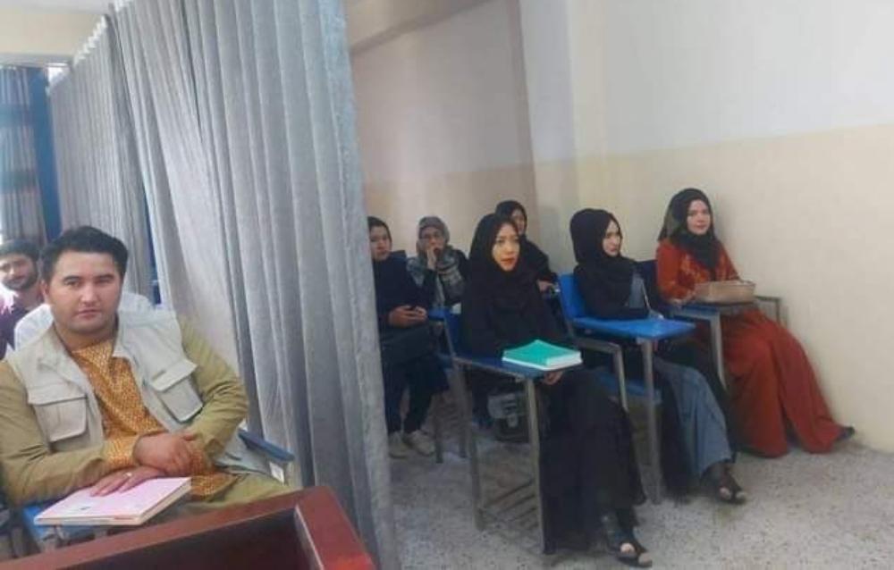 En Kabul, capital de Afganistán, separan a mujeres de hombres. En las aulas de las universidades colocan cortinas divisorias.