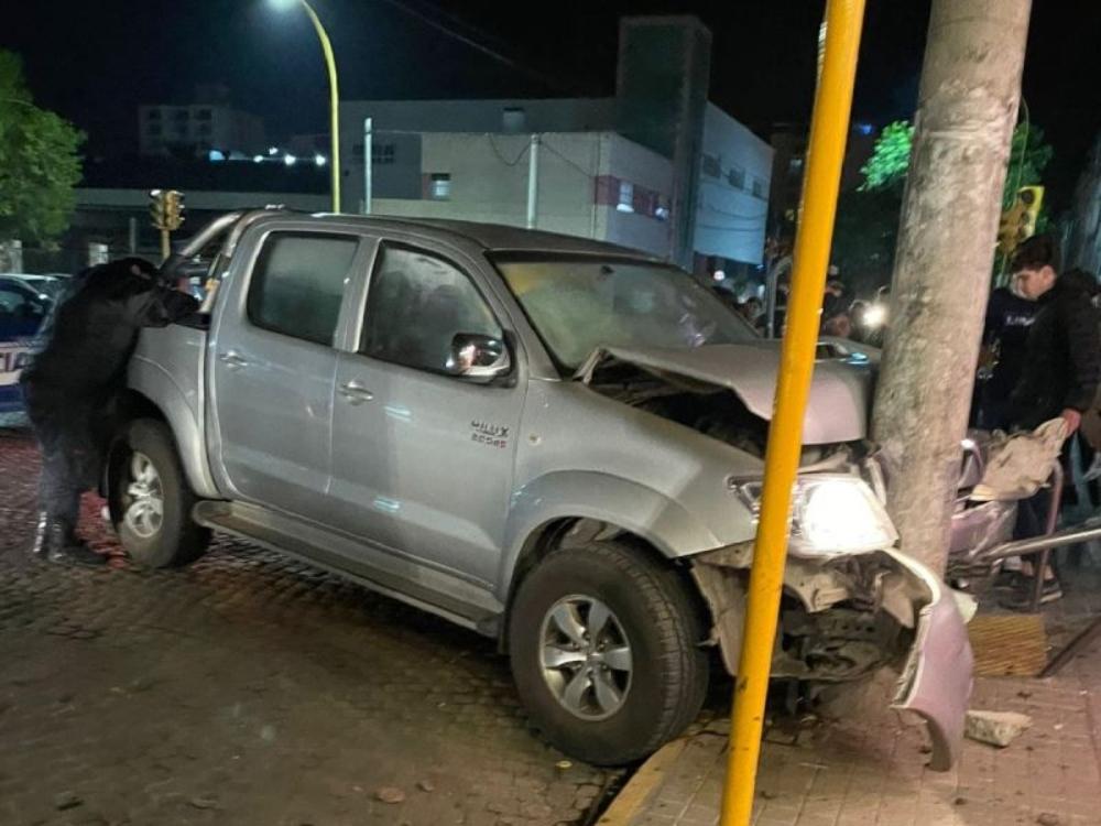Ocurrió en San Francisco, Córdoba: un hombre se salvó de ser chocado por una camioneta gracias a un poste de luz. Las imágenes.