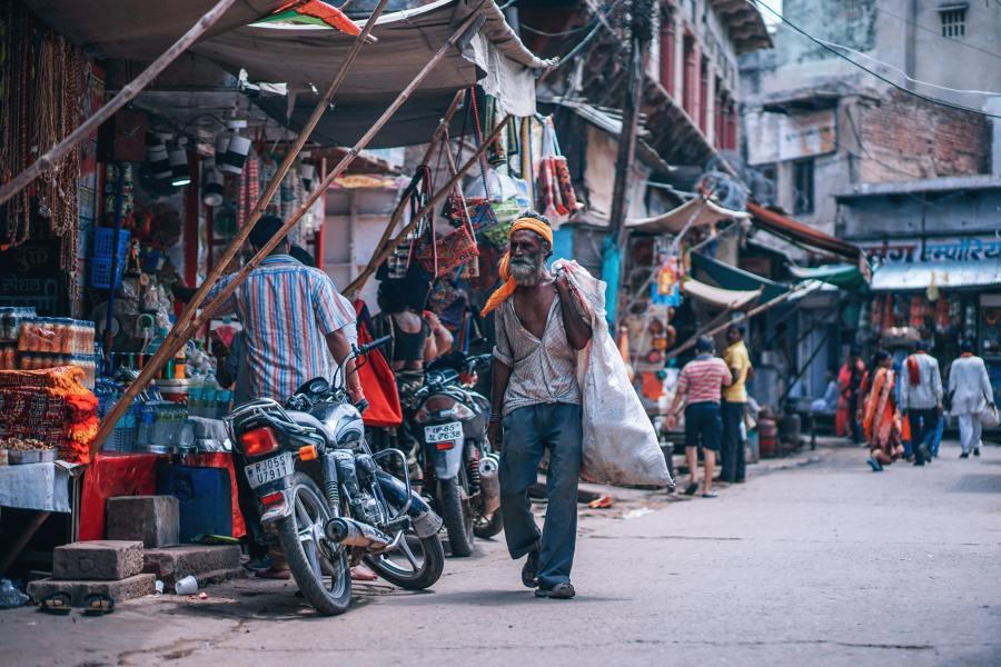 homme indien transportant un sac