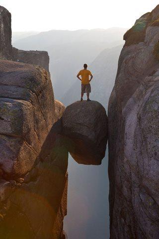 La Roca Kjerag, ubicada en Noruega está a 1.000 metro de altura. Si decides meditar separado del mundo, este es tu lugar.