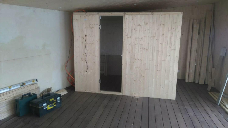 fin du montage extérieur du sauna. Montage d'un sauna